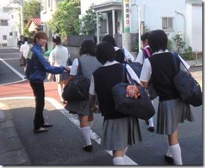 スクールハンディング 学校前街頭配布