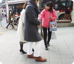 街頭サンプリング_チラシ配布